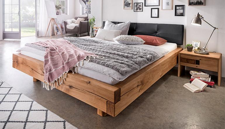 Bett aus massiver Eiche mit einem gepolsterten Kopfteil in Anthrazit