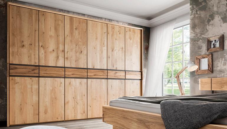 Großer Drehtürenschrank aus schönem Massivholz
