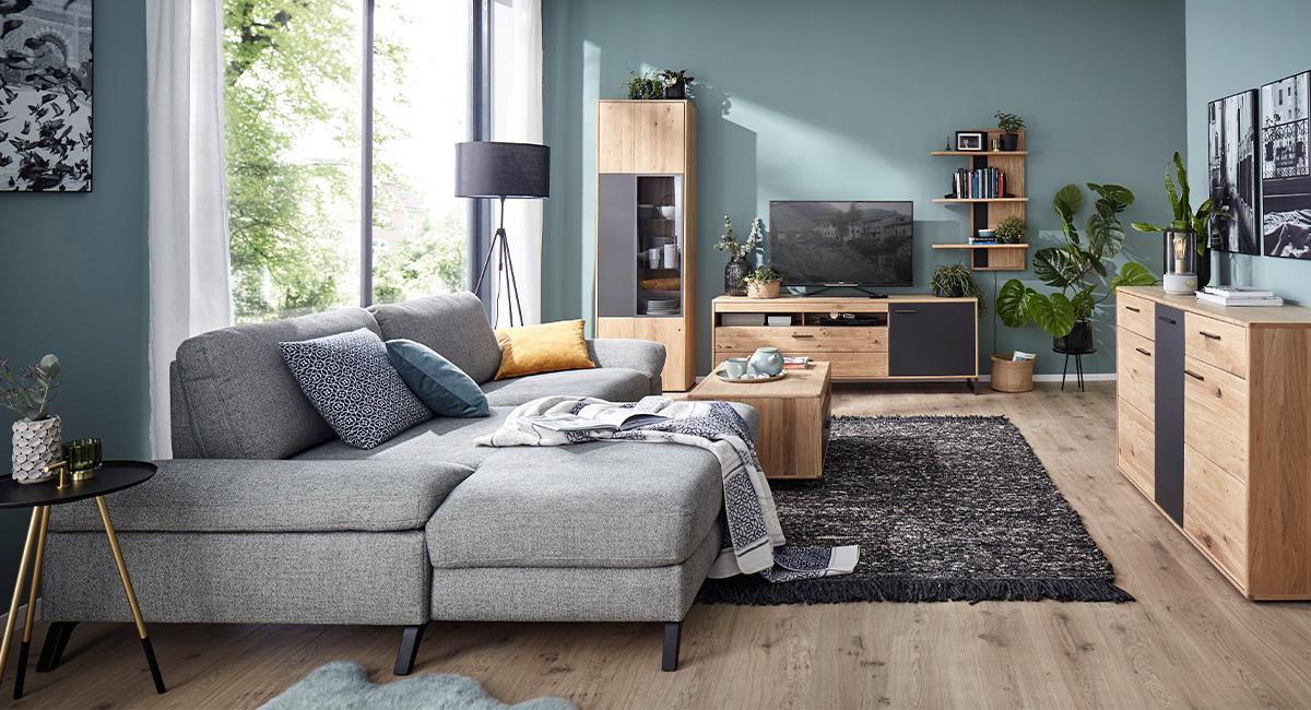 Hellgraues Sofa mit schwarzen Füßen und Wohnzimmermöbeln aus Massivholz mit Schiefer-Einsazt