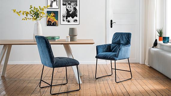 Ein typischer Esstisch mit Vier-Fuß-Gestell im skandinavischen Design aus Massivholz