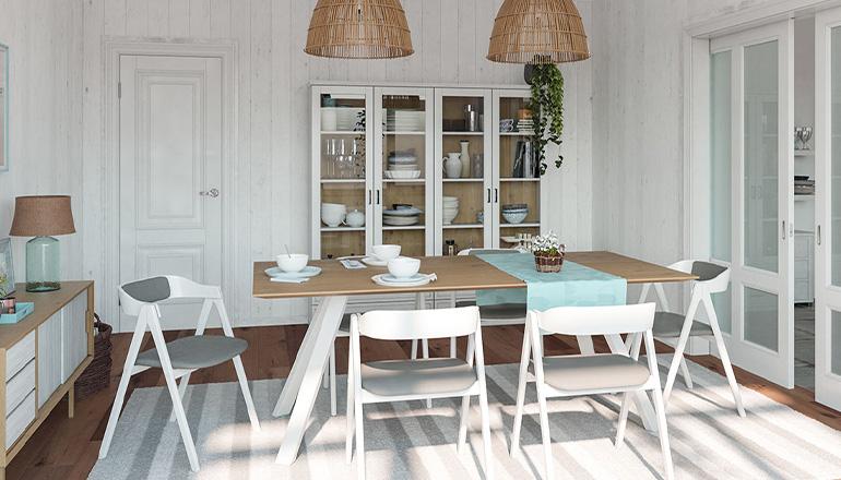 Esszimmer im Strandhaus-Look mit weißen Stühlen und weißer Vitrine