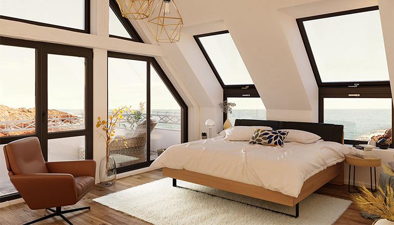 Massivholz Bett neben cognacfarbenen Sessel mit Aussicht auf das Meer