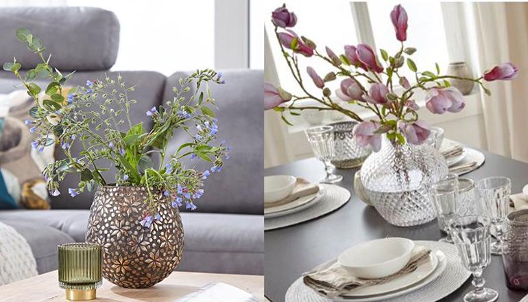 Bunte Blumen auf zwei verschiedenen Tischen im Wohn- und Esszimmer