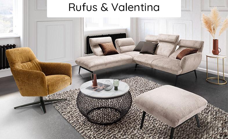 Modernes Wohnzimmer mit weißem Ecksofa, hellbraunem Sessel, weißem Hocken und einem Wolle-Teppich