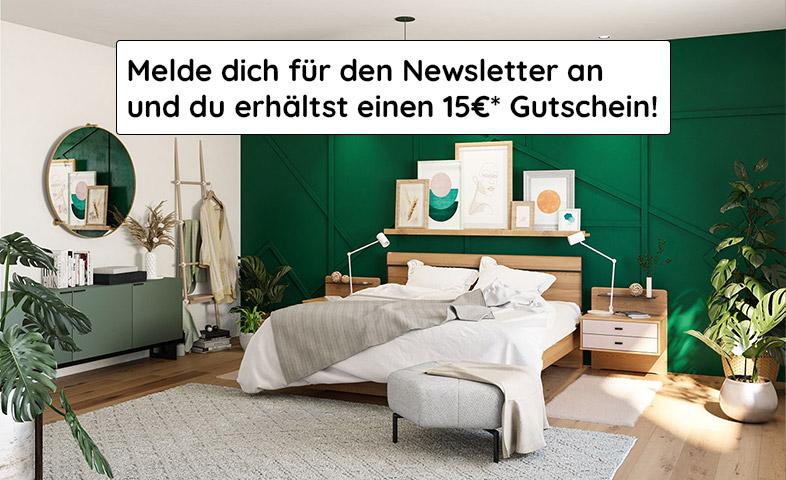 Schlafzimmer mit grüner Wand und einem Massivholzbett sowie einem mintgrünem Lowboard