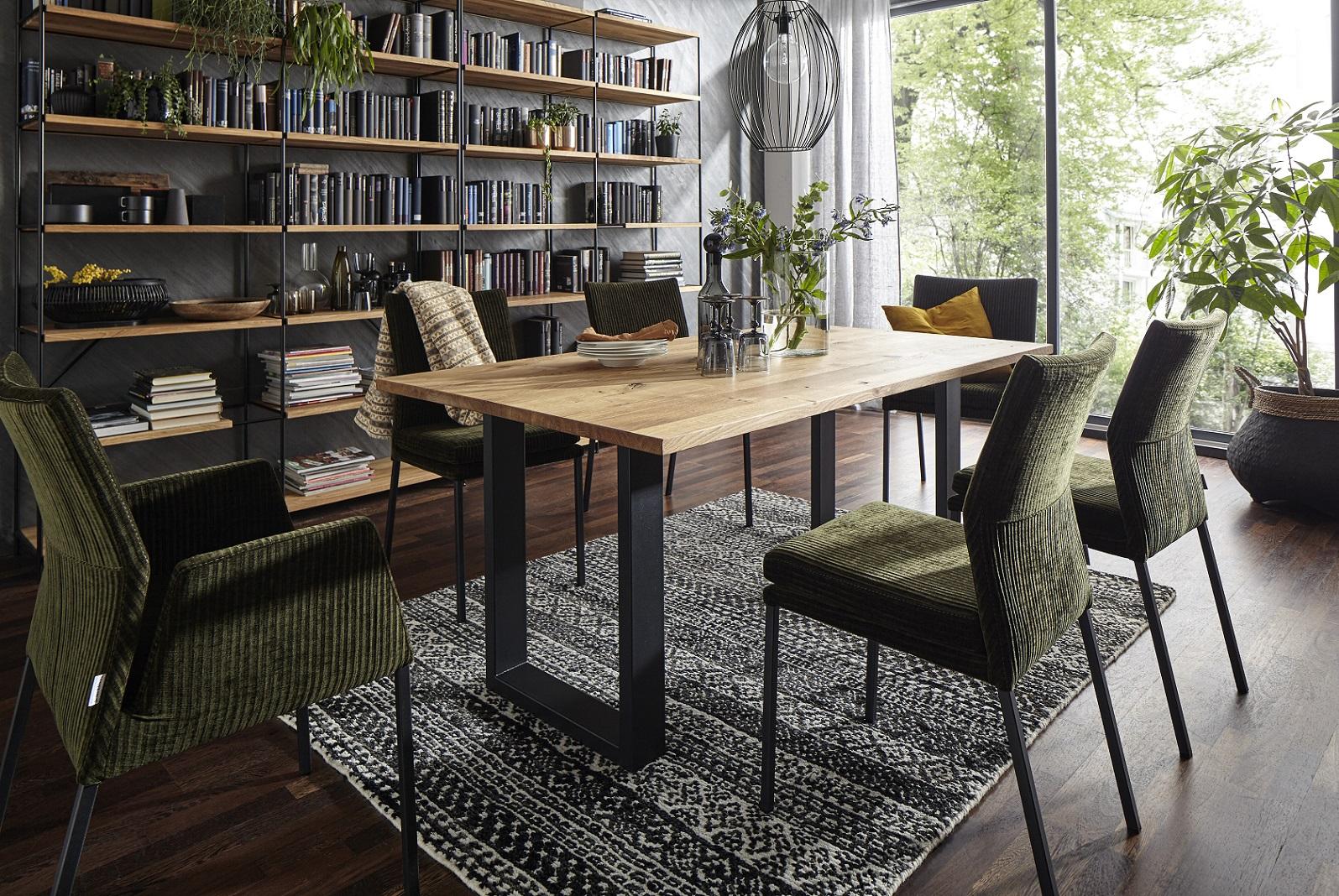 Braun- und beigefarbene Polsterstühle und Eckbank um einen Esstisch aus Massivholz