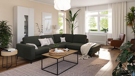 Wohnzimmer mit dunkelgrünem Ecksofa, weißer Vitrine, braunem Sessel, Couchtisch und vielen Pflanzen