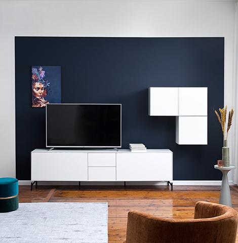 Weißes Lowboard und weißer Hängeschrank vor einer blauen Wand