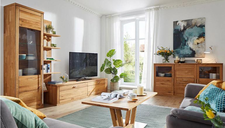 Wohnprogramm aus Massivholz mit Couchtisch, Vitrine, Lowboard und Highboard