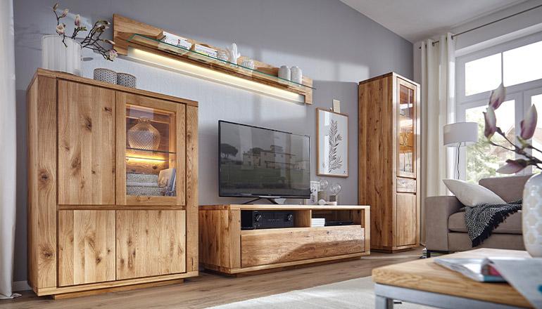 Wunderschöne Wohnwand aus Asteiche massiv mit einem Lowboard, Highboard, Wandboard und einer hohen Vitrine