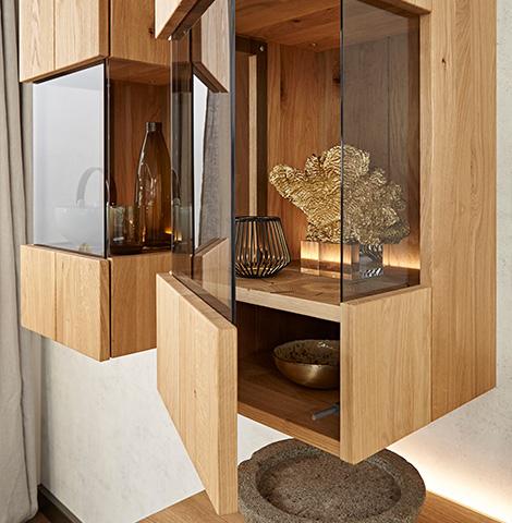 Hängende Vitrine aus Holz mit Glaseinsätzen an drei Seiten und goldener Dekoration