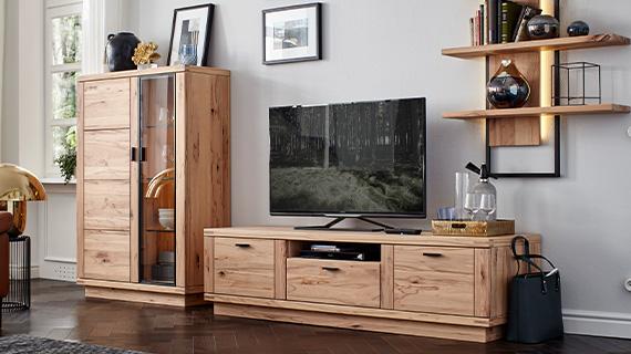 Ein Wohnzimmer mit Massivholzmöbeln aus hellbrauner Eiche