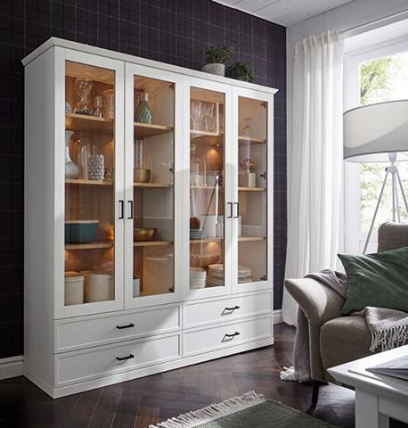 Weiße Vitrine im Landhaus-Stil mit Glastüren und Dekoration auf den Einlegeböden