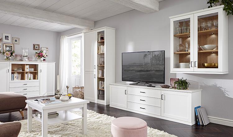 Wohnzimmer im Landhaus-Stil mit High-, Low- und Sideboard sowie einem Hängeschrank