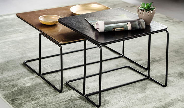 Zwei Beistelltische mit verspieltem Metallgestell und rechteckigen Tischplatten