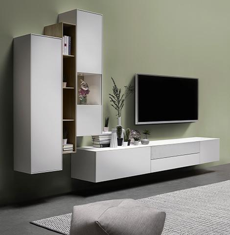 Weiße Wohnwand im minimalistischen Design mit Hängelowboard und zwei Vitrinen