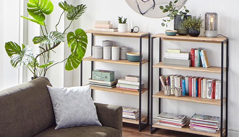 Zwei dekorierte Regale mit Einlegeböden aus Massivholz und Metallgestellen