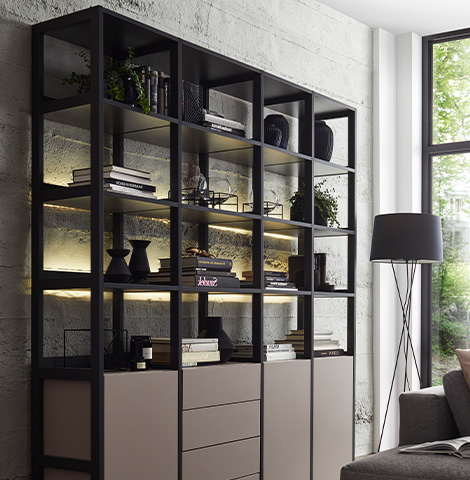 Modernes, schwarzes Bücherregal mit Türen und Schubkästen in der unteren Hälfte