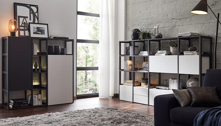 Zwei moderne, dekorierte Bücherregale in Schwarz und Weiß