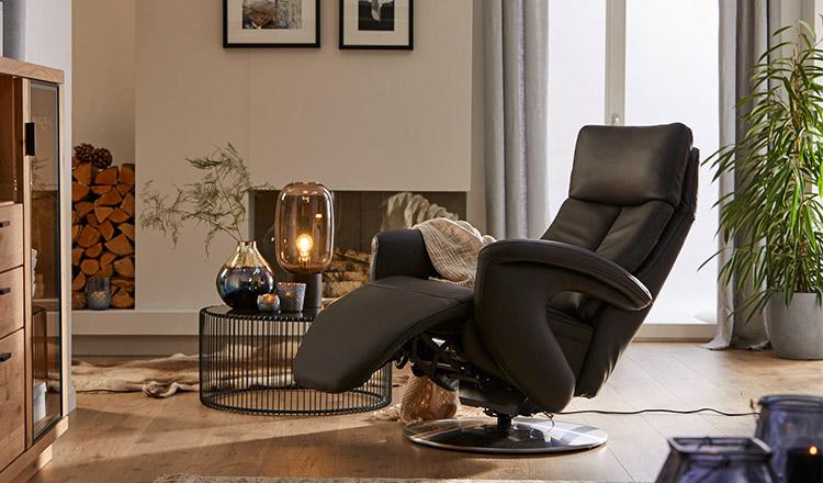 Relaxsessel aus Leder neben einem modernen Beistelltisch mit einer Lampe