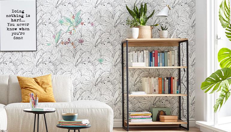 Regal mit hölzernen Einlegeböden und Gestell aus Metall vor einer gemusterten Wand