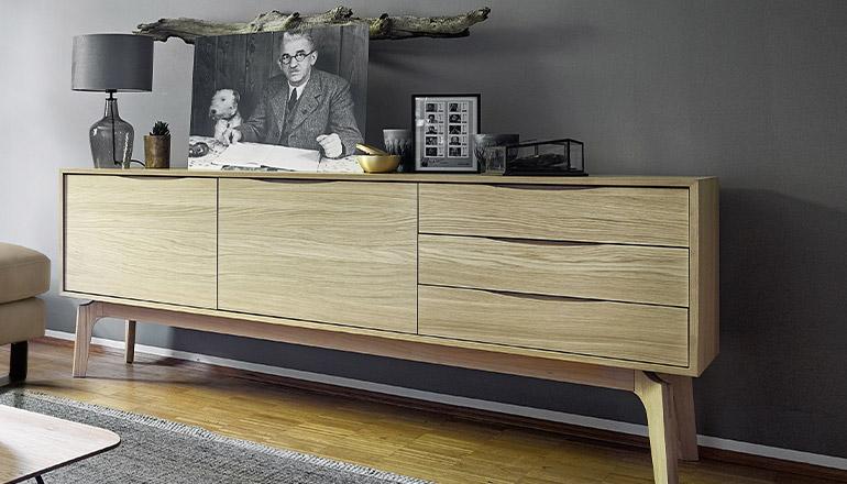Lowboard aus Massivholz mit verschiedener Dekoration und einer Lampe