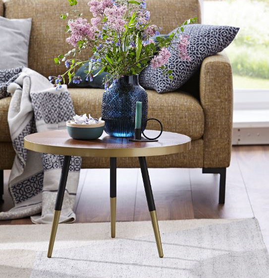 Runder Beistelltisch mit goldenen Details an den Füßen und an der Holzplatte