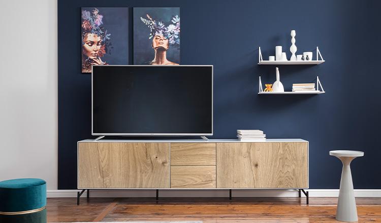 Modernes Lowboard mit einer Front aus Massivholz unter einem Fernseher
