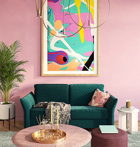Dunkelgrünes Sofa in Samtoptik vor einer kräftig rosa gestrichenen Wand mit Couchtisch in Rosa und Hocker in Weinrot