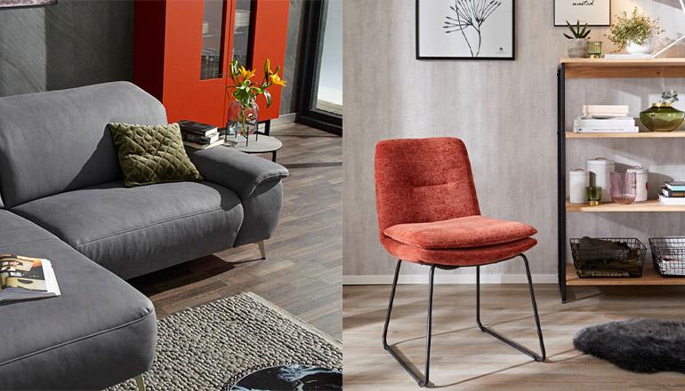 Rotes Highboard hinter einem Sofa und ein roter Stuhl neben einem Regal
